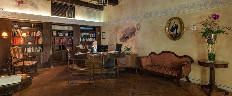rom spezialangebot wohnen an der pforte des himmels im palazzo cardinal cesi courtial reisen. Black Bedroom Furniture Sets. Home Design Ideas